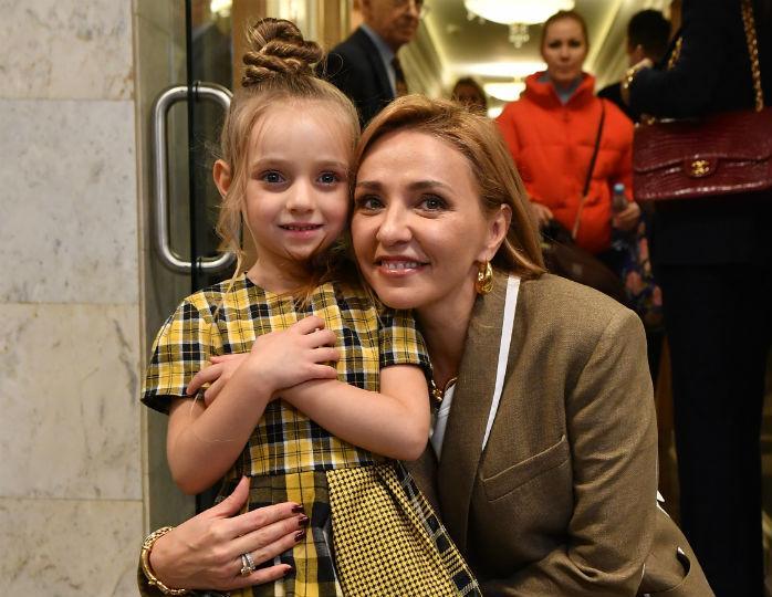 Мамины помощницы: Татьяна Навка в трениках приготовила борщ с подросшими дочками