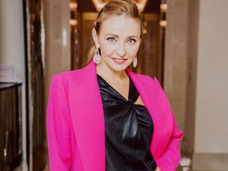 Навка в силуэтном платье и жакете цвета «взбесившейся Барби» отметилась с Тарасовой и Пелагеей