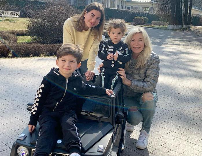 «Маленький модник»: Марина Юдашкина запечатлела внука в джинсах и пуховике цвета хаки
