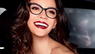 Frauen mit starken brillengläsern