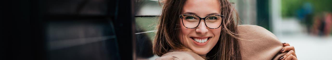 Dame-mit-Mantel-und-gemusterten-Brille