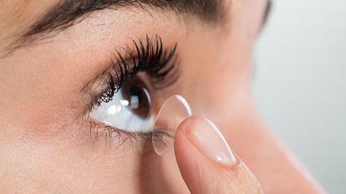 Viele Deutsche haben Angst davor Kontaktlinsen einzusetzen.