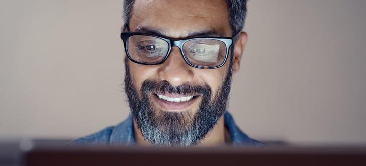 Mann-mit-Brille-vor-einem-Bildschirm