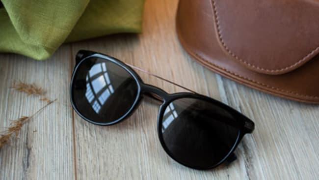 Sonnenbrille im Etui aufbewahren