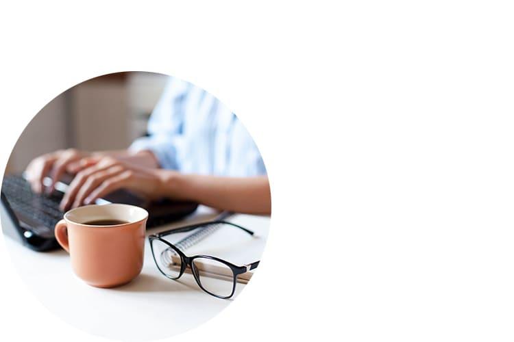 Schreibtisch-Brille-Laptop