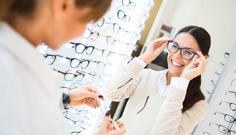 Brillengroesse Brille-beim-Optiker-probieren