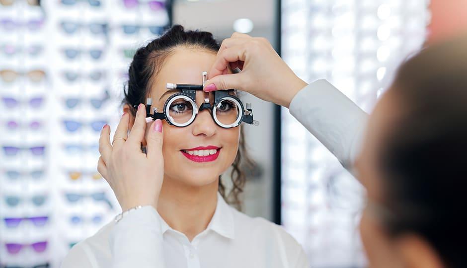 Pupillendistanz-beim-Sehtest-messen