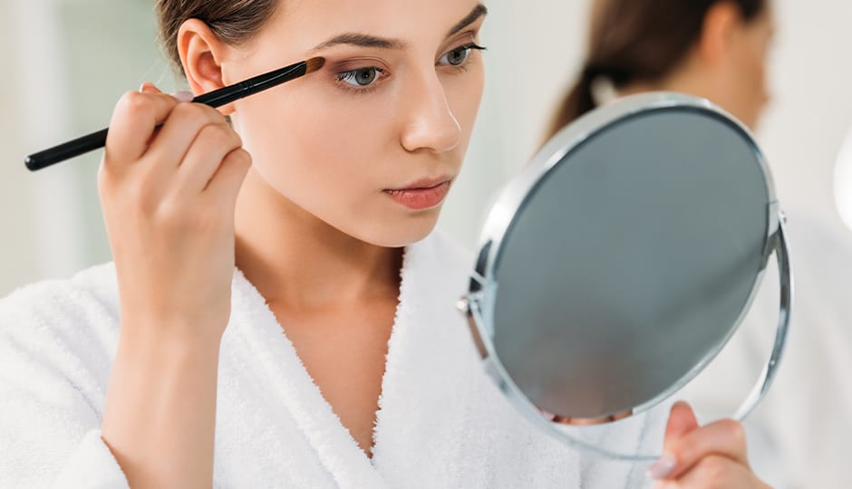 Frau-schminckt-sich-Makeup-Brille