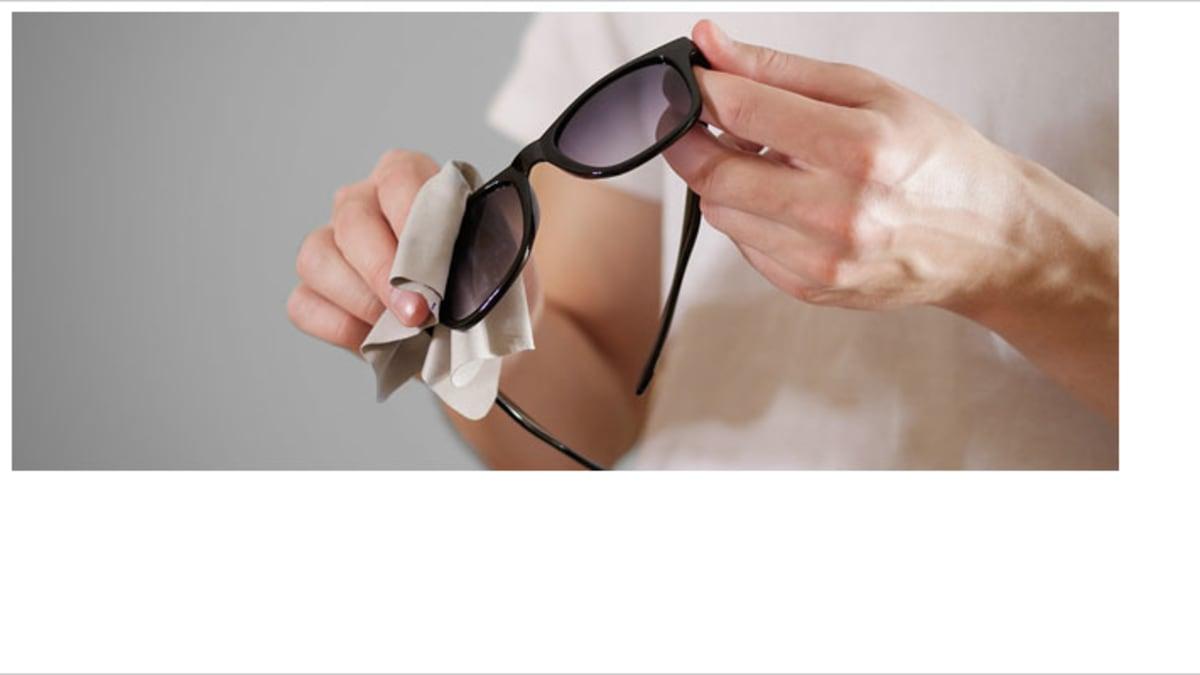 Sonnenbrille mit Putztuch reinigen