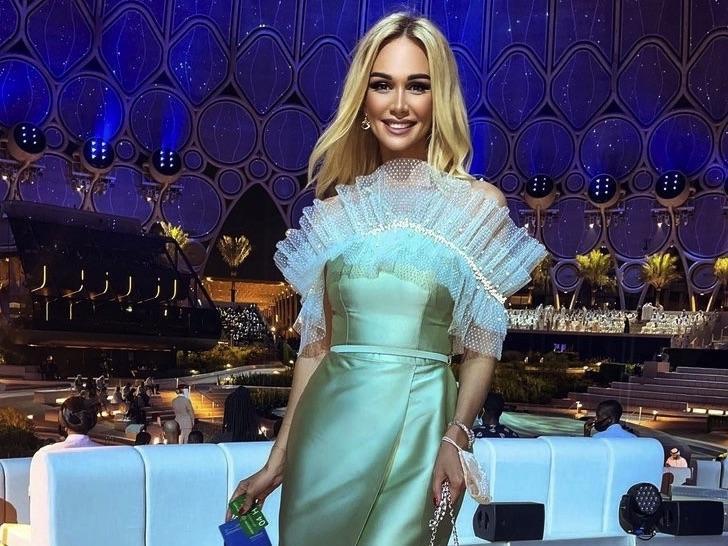 Акцент на сочной груди: Виктория Лопырева выгнулась кошечкой в откровенном платье