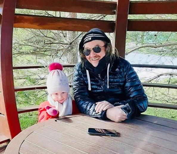 Игорь Николаев похвастался «вечерними обнимашками» с дочерью Вероникой
