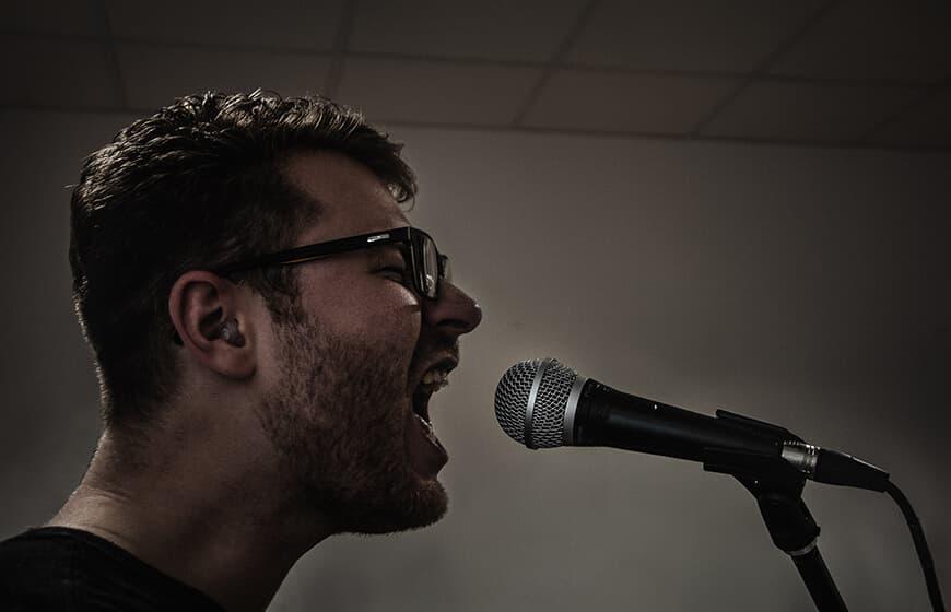 Rod - Musikerfoto - Sänger am Mikrofone - Gitarrist