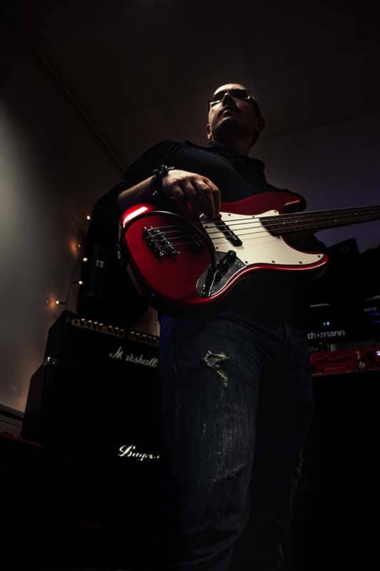 Sven - Musikerfoto - Bassist mit Instrument - Amptower