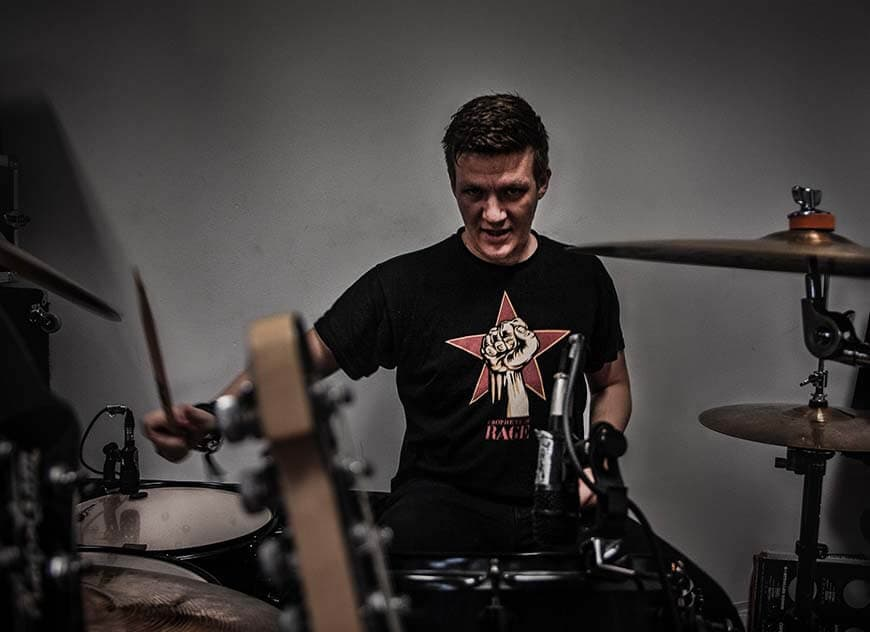Sebi - Musikerfoto - Schlagzeuger mit Sticks - Schlagzeug und Becken