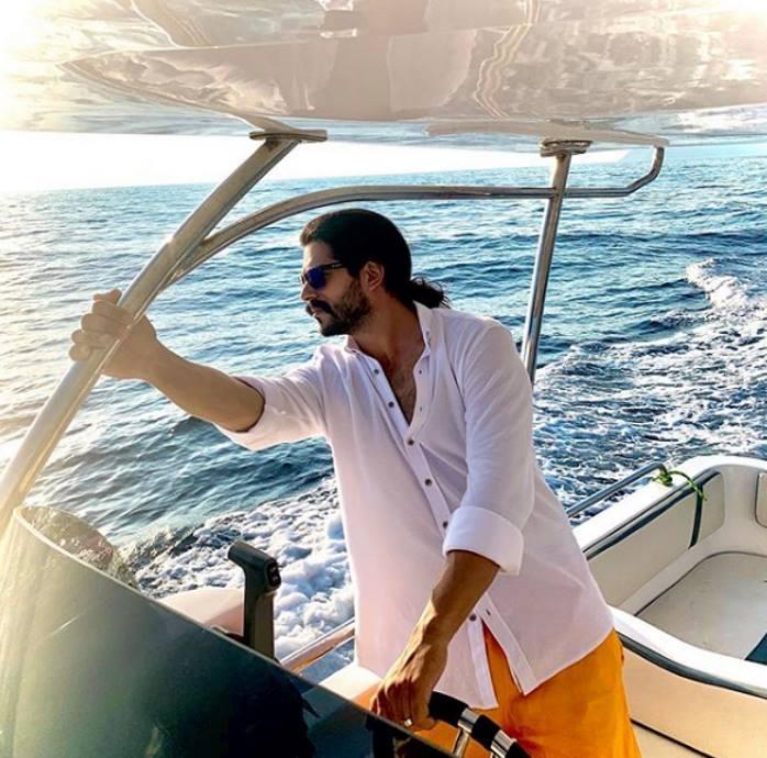 Наедине с собой: Бурак Озчивит провел уикенд на катере без Фахрийе Эвджен