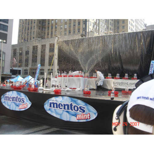 Le record du monde de la plus grosse explosion de cola et Mentos.