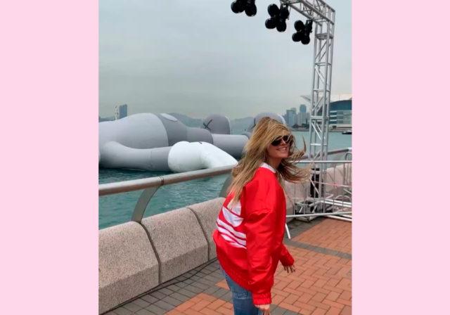 Самая модная инсталляция планеты! Хайди Клум на фоне гигантского медведя на воде