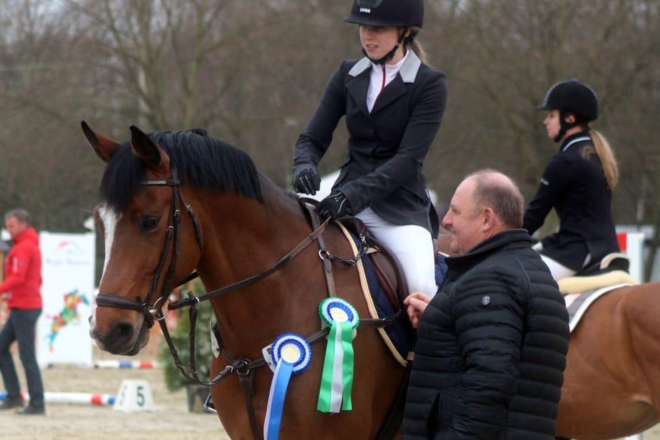 Milena Welscher mit Casin bei der Siegerehrung A** Springen und A** Mannschaftsspringen