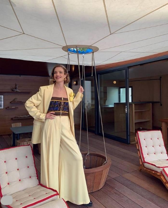 Леди в желтом: Водянова в топе-бандо и канареечных брюках-палаццо предстала в гостиной