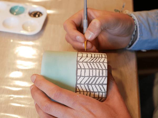 Team-Building-team-building-diy-de-peinture-sur-porcelaine-a-paris-en-equipe