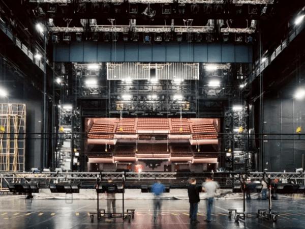 Team-Building-visitez-avec-votre-equipe-les-coulisses-d-un-theatre-unique-au-monde