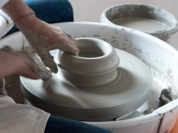 team-building-atelier-poterie-en-ceramique-a-paris-en-equipe