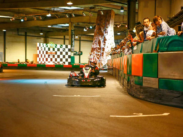 team-building-team-building-karting-indoor-proche-de-paris-entre-collegues