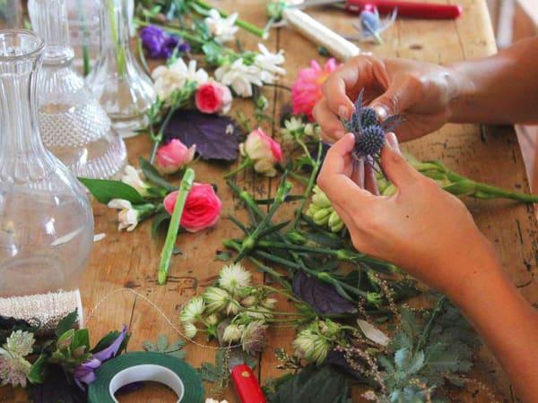 team-building-team-building-de-fabrication-de-couronnes-de-fleurs-a-paris