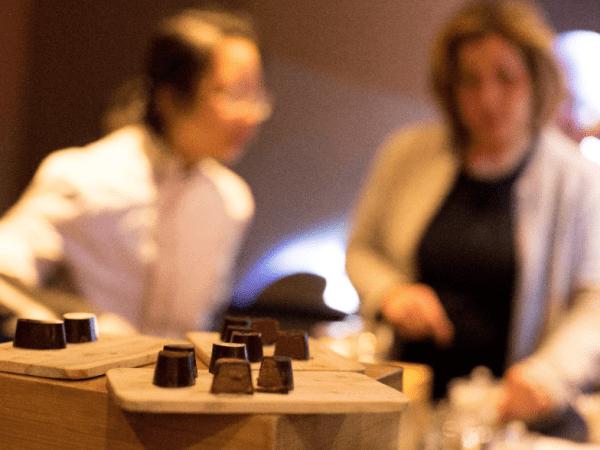 team-building-degustation-a-l-aveugle-en-entreprise-de-chocolats-bios