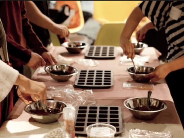 team-building-atelier-fabrication-de-chocolat-a-paris-pour-entreprise