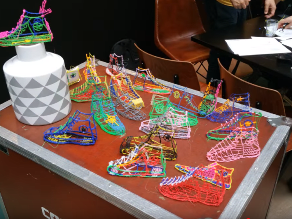 Team-Building-atelier-dessin-avec-stylo-3d-a-paris-un-team-building-a-realiser
