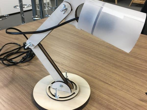 Team-Building-atelier-fabrication-lampe-de-bureau-autour-de-paris