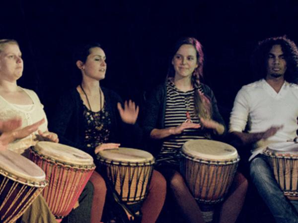 Team-Building-team-building-en-musique-a-paris-jouer-du-djembe-avec-son-equipe