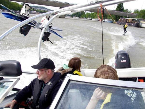 team-building-Team-Building-ski-nautique-sur-al-Seine-en-equipe-a-Paris