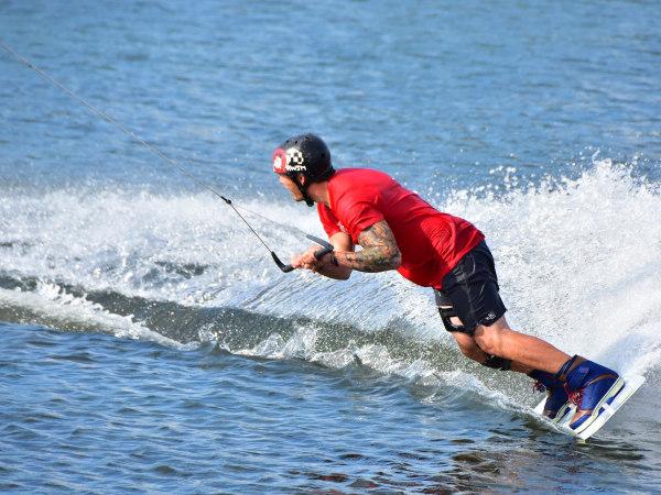 team-building-Team-Building-sportif-wakeboard-sur-la-Seine-en-equipe-a-Paris