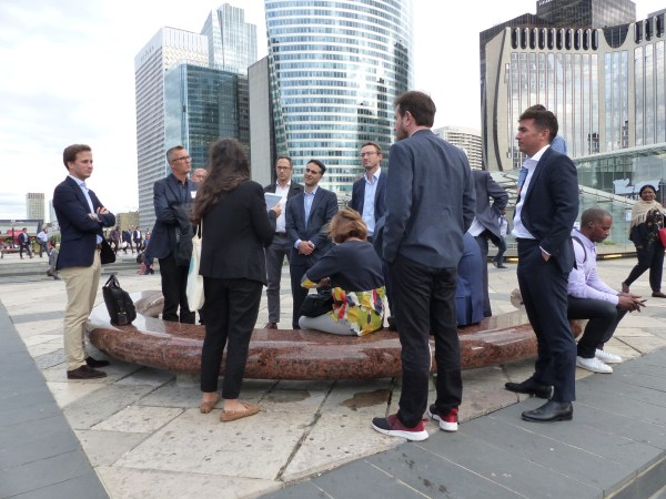 team-building-Team-Building-visite-guidee-a-la-defense-en-equipe
