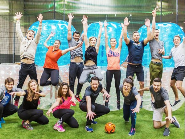 team-building-Team-Building-ludique-bubble-foot-a-Paris-en-equipe