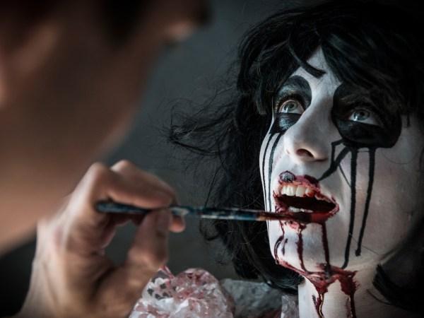team-building-atelier-maquillage-pour-votre-animation-d-entreprise-a-paris