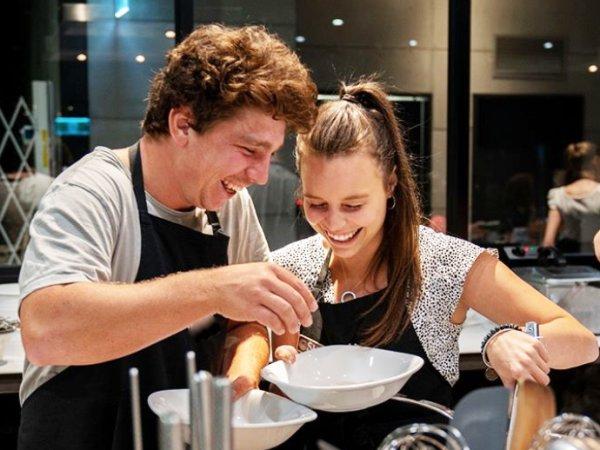Team-Building-Team-Building-en-equipe-pour-un-atelier-de-cuisine-a-Paris