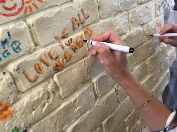 animation-Animation-Decoration-ludique-dun-mur-en-chocolat-avec-toute-lequipe