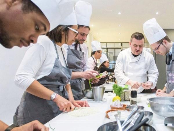 Team-Building-Team-Building-cours-de-cuisine-moleculaire-en-equipe-a-Paris