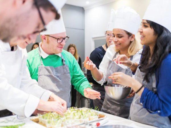 team-building-Team-Building-atelier-cours-de-cuisine-en-groupe-a-Paris