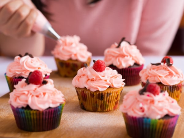 team-building-atelier-de-patisserie-en-equipe-preparation-de-cupcakes
