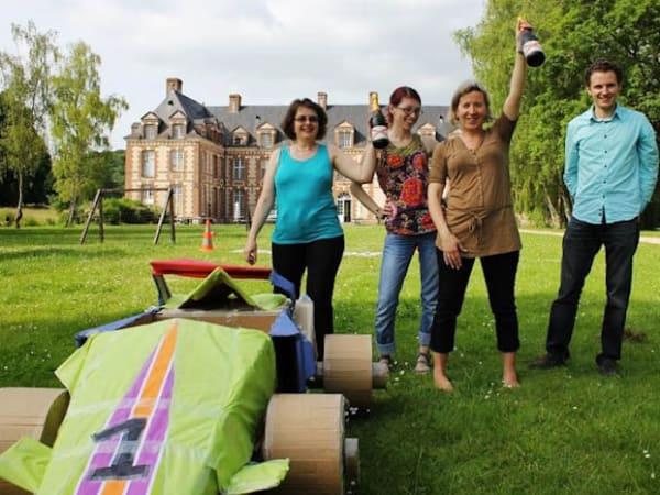 Team-Building-team-building-construction-de-voitures-ou-bateaux-en-carton-a-paris