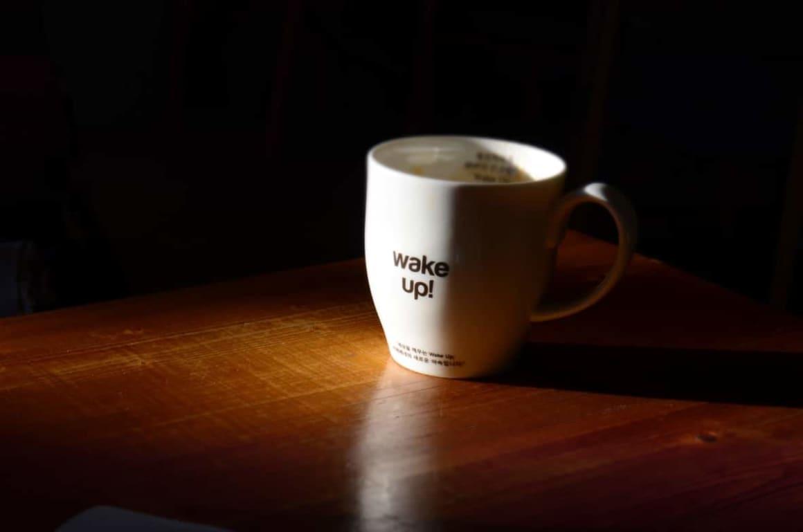 Kafe je můj životabudič. Pomáhá mi při vstávání ráno. Nedávám ho hned po ránu. Tělo je po spánku dehydratované tak se snařím vypít půl litru vody ihned po probudzení, pak následují kalsické hygienické činnosti, obléknout se, zasednout k počítači, udělat nějakou práci a běží se do práce. Po cestě vypiji znovu cca půl litru vody. Po příchodu do práce znovu a udělám si první kafe, na kterém vydržím cca ještě 2-3 hodiny a první jídlo dne je oběd v cca 12 hodin. Díky tomuto rituálu jsem ihned od rána produktivní a neztrácím čas nějakou přípravou jídla a můžu využít relativně odpočaté tělo a mozek k produktivním činnoste. Inu vstávání a vstávání brzo není jednoduchý úkol.