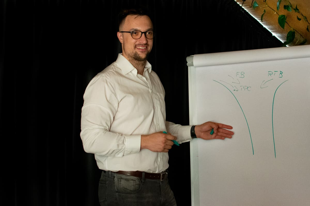 Kdo je Tomáš Černovský a s čím vám může pomoci? Tomáš Černovský je online marketér se specializací v kampaních an sociálních sítích. Zároveň zvládá i PPC kampaně a v neposlední řadě je to konzultant a stratég.