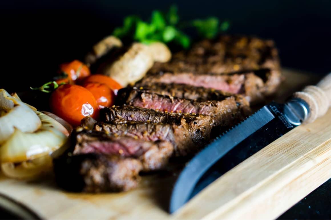 Kniha Jak drahé je zdarma nám krásně ukazuje, jak se dá pracovat s cenotvorbou v rámci vašeho podnikání. Dan Ariely popisuje na příkladu menu v restauraci, že nejdražší jídlo zvyšuje poptávku po druhém nejdražším jídle.