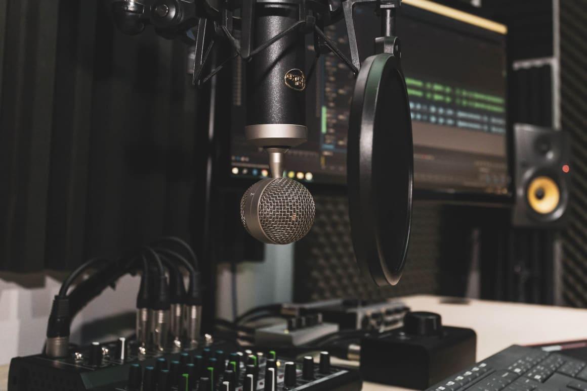 Tak jako u všeho je možné začít s málem a nebo vstup pojmout megalomansky. Já jsem zastánce začátků s málem. Tedy pokud rozjíždíte svůj podcast, zkuste využít nějaké hotové studio za rozumný peníz. Nepořizujte si mikrofony a nestavějte u vás v kanceláři vlastní studio, pokud ještě nevíte, že se podcastům chcete věnovat na 100 %.