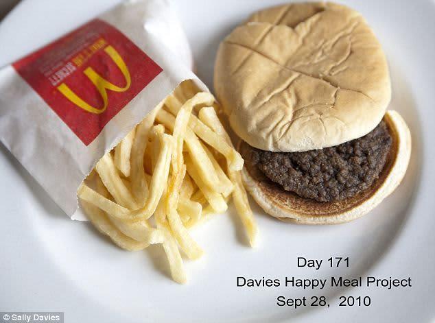 Do kategorie TOP 7 nejlepší světové reklamy roku 2020 se jednoznačně řadí reklama od Burger KIngu, který tak trochu popichuje McDonald's a jejich burgery, které údajně vydrží nespočet dnů bez toho, aniž by se na nich začala objevovat plíseň.