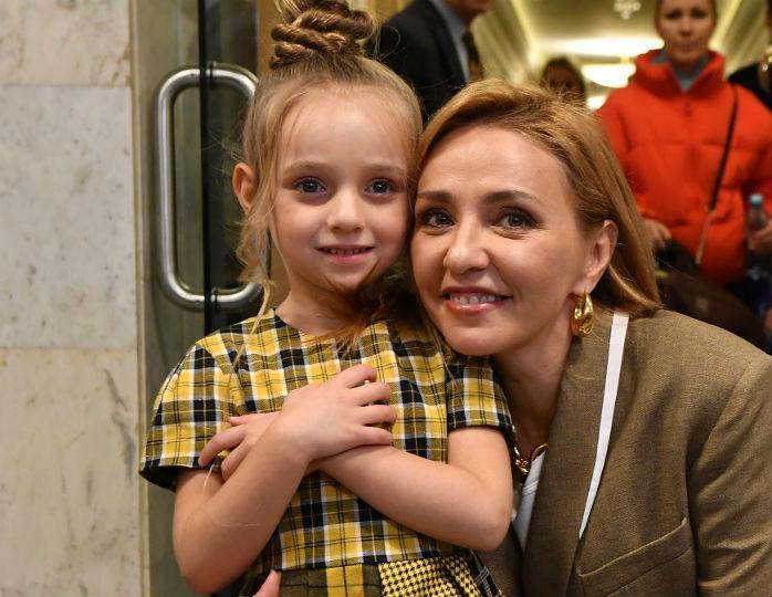 «Хочется ее зацеловать»: пятилетняя дочь Навки в пудровом платье восхитила Семенович